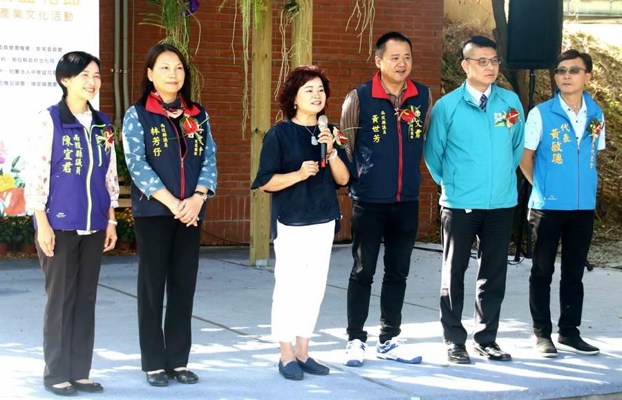▲埔里花卉展列席的縣級和鎮級民意代表,同時上台,並推舉資深議員王彩雲代表致詞。(楊樹煌攝)