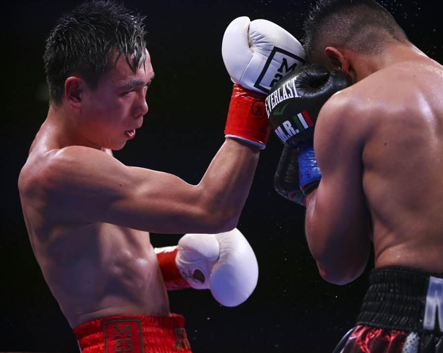 11月23日,大陸拳手徐燦(左)在美國加州印第奧舉行的WBA羽量級世界拳王衛冕戰勝美國拳手羅伯斯。(新華社資料照)