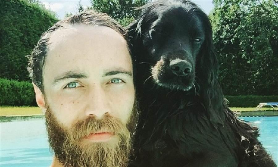 詹姆斯・密道頓帶著狗狗參與各種戶外活動。(圖/取自詹姆斯・密道頓IG)