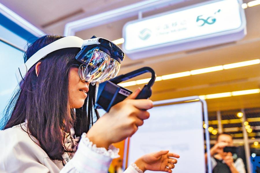 民眾在廣州圖書館舉辦的2019廣州國際創新節上體驗5G+。(中新社資料照片)