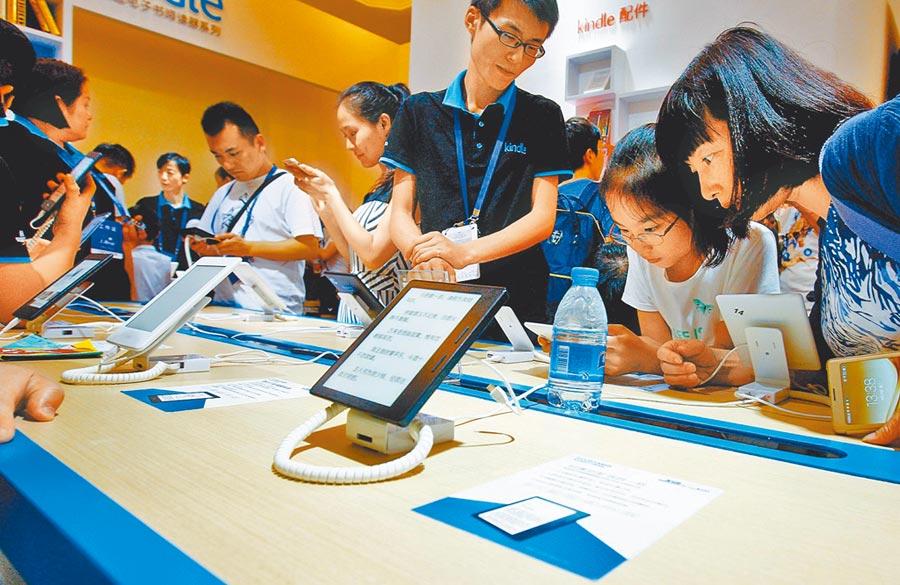 上海書展參觀者體驗電子書產品。(新華社資料照片)