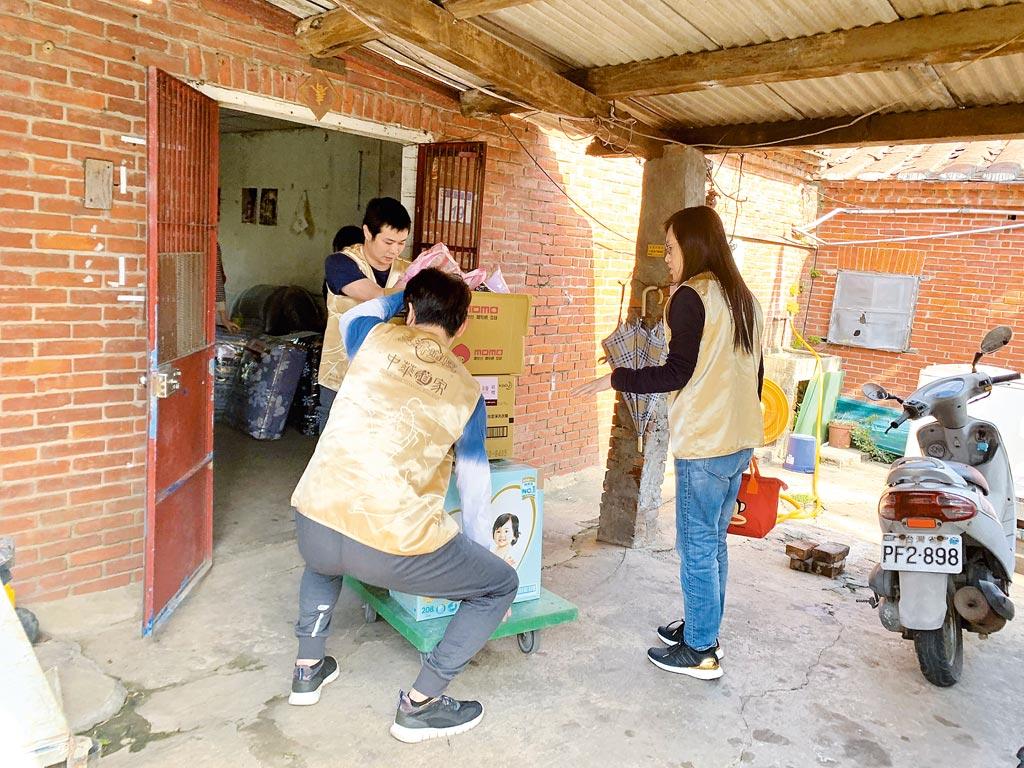 志工同心協力,親自將眾多物資一一搬運送到各戶案家。 圖片提供道家人文協會