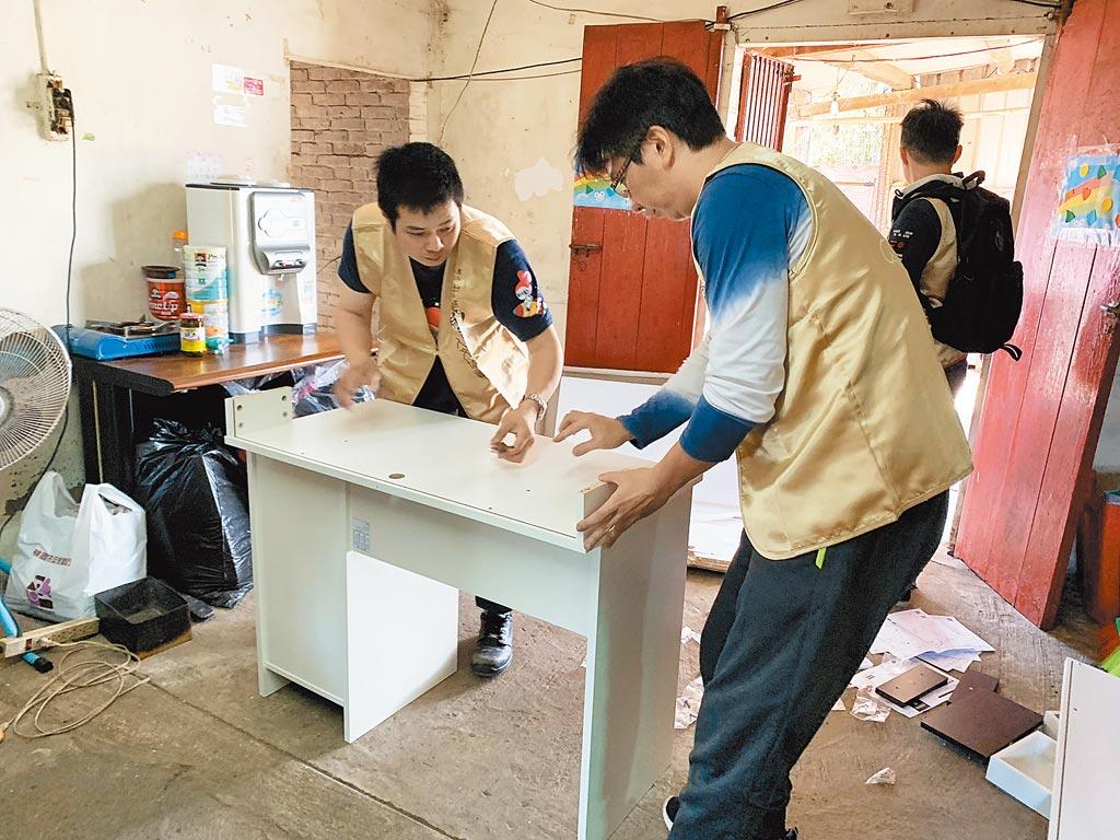 志工細心為案家組裝書桌,方便案家小朋友能直接使用。 圖片提供道家人文協會