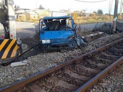 苗栗火車撞毀小貨車 台鐵調監視器還原時間軸