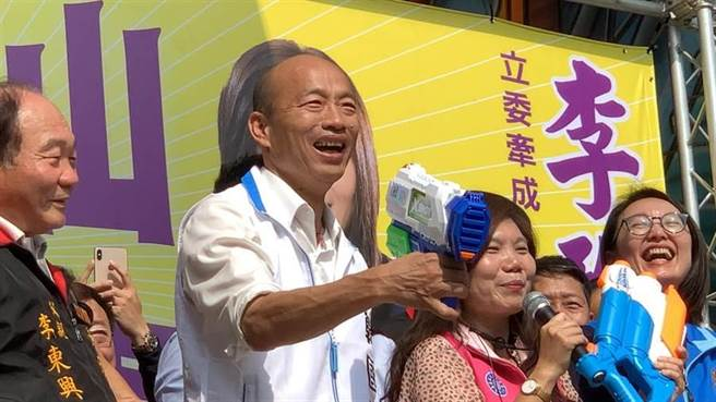 國民黨總統參選人韓國瑜1日為黨籍鳳山立委參選人李雅靜站台,現場準備水槍,反諷民進黨撿到槍,要把韓國瑜身上的黑洗掉。(柯宗緯攝)