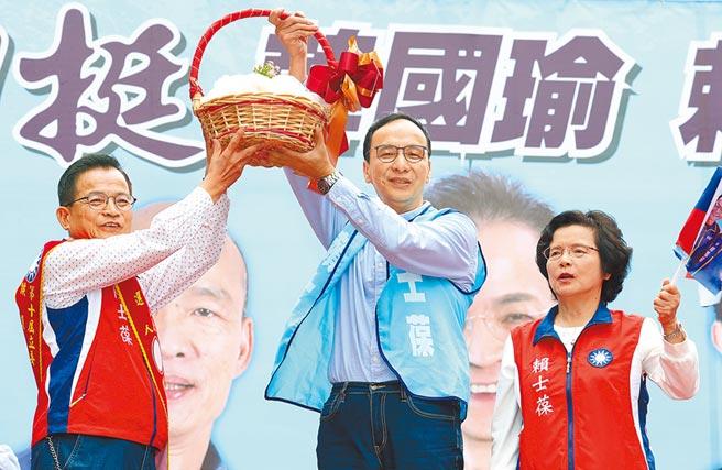 前新北市長朱立倫(中)昨出席立委參選人賴士葆(左)競選總部成立大會。(姚志平攝)
