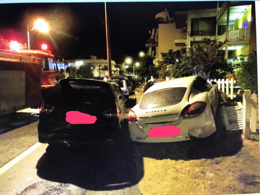 墾丁凌晨車禍,一台BMW行經船帆石路段,不明原因衝撞路旁5車,其中還包括一輛高價保時捷跑車。(翻攝畫面/林和生屏東傳真)