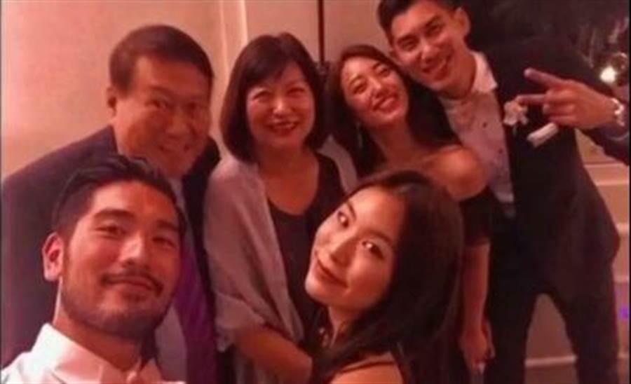 高以翔(前排左)、Bella(前排右)情侶與毛加恩(後排右)一家人聚會。(摘自毛加恩IG)
