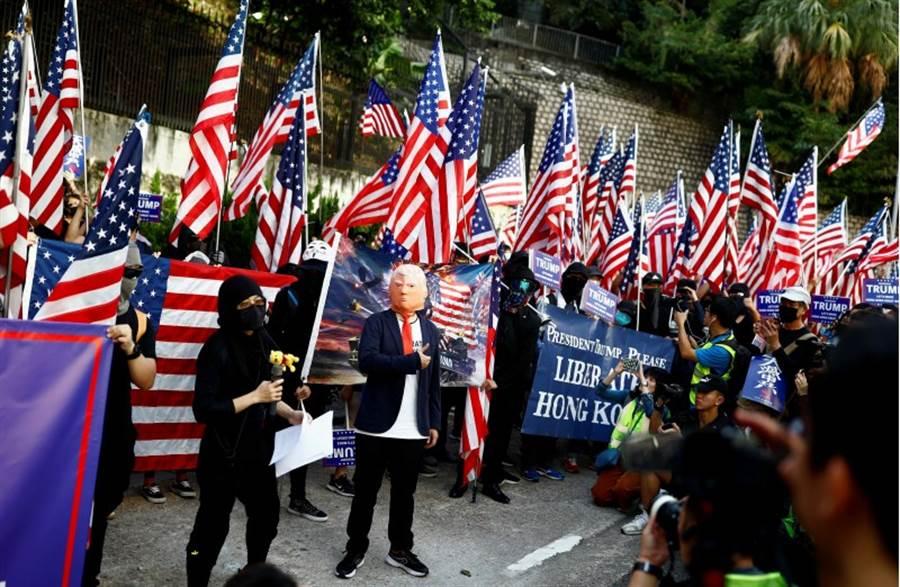 週日,數百名香港示威者到美國駐香港領事館,表達對美國通過香港人權基本法的感謝,並以行動劇期待美國解放香港。(路透社)