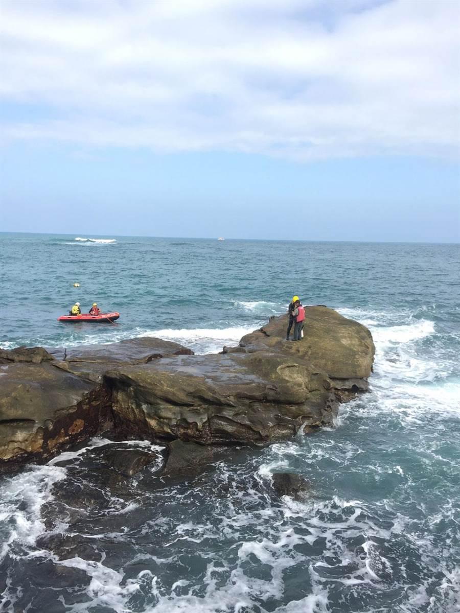 金山釣客受困礁石,幸好有救生衣保命,等候新北消防局船艇抵達救出。 (讀者提供/吳家詮傳真)