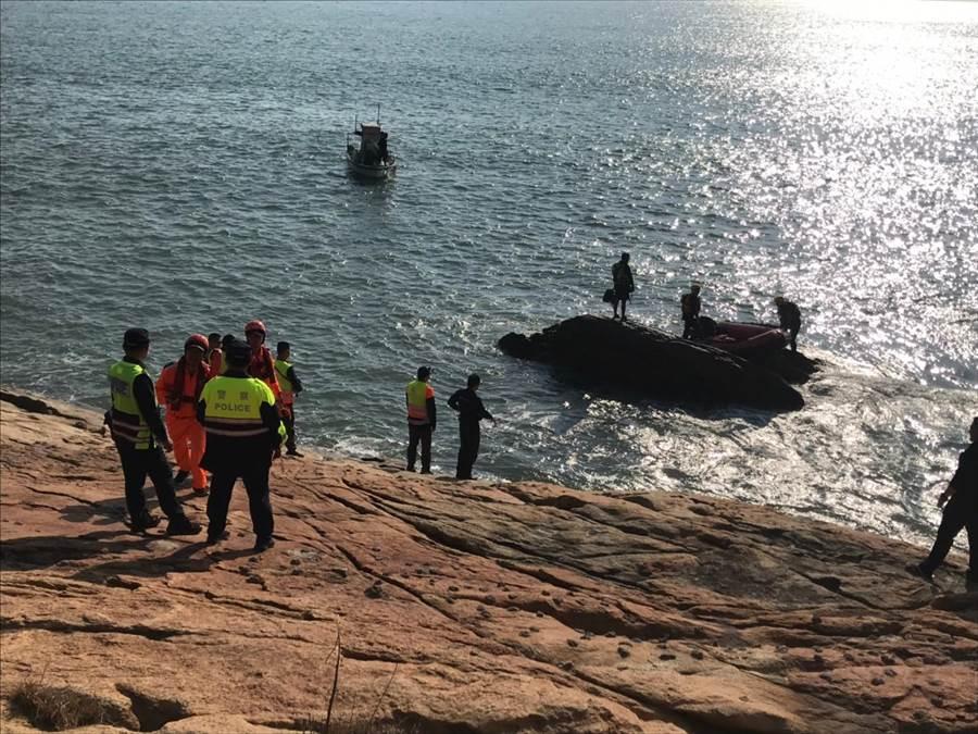 金門發生釣客受困礁石,消防局派員出海救援。(金湖鎮代陳向鑫提供/李金生金門傳真)