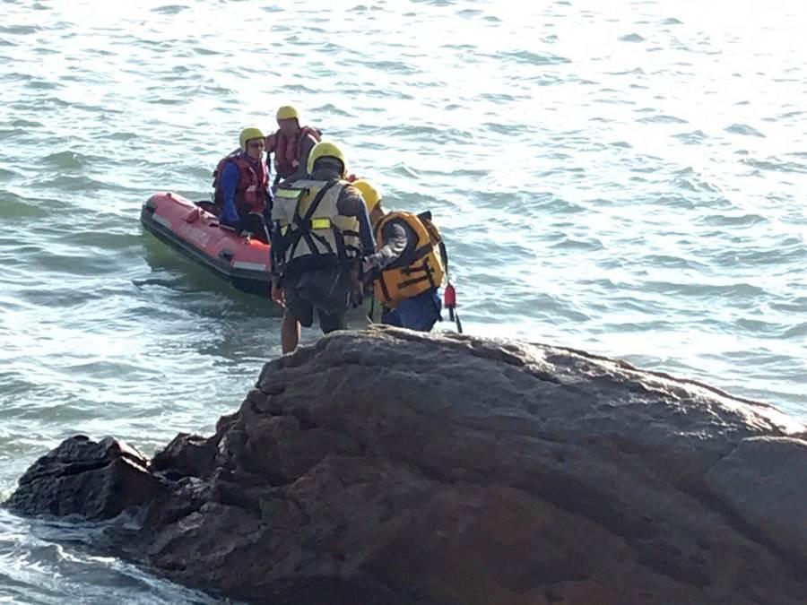 縣消防局出動橡皮艇趕往救援,先後2梯次冒險靠近,才在洶湧浪潮中援救釣客脫困。(金湖鎮代陳向鑫提供/李金生金門傳真)