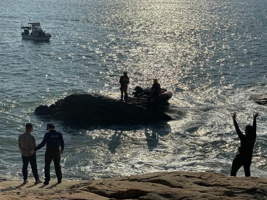 救援過程因潮水過大,加上暗礁不明,船艇難以接近,幾度險象環生。(金門縣消防局提供/李金生金門傳真)