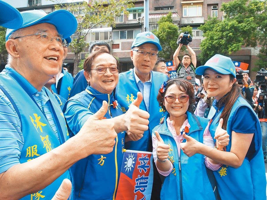 國民黨主席吳敦義(中)出席台北市中正、萬華區立委參選人林郁方(左二)競選總部成立大會,與前主席吳伯雄(左一)等一起比出大拇指合影。(本報資料照片)