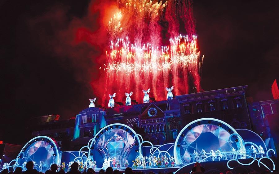 日本環球影城今年推出全新耶誕活動,夜間表演秀「水晶之約」聲光效果十足。(何書青攝)