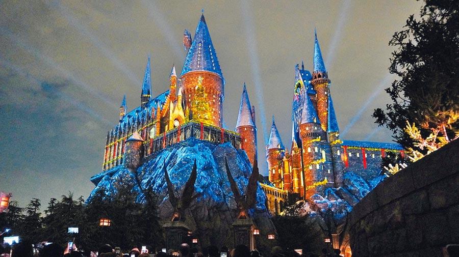 哈利波特魔法世界的霍格華茲魔法與巫術學院,也有精彩的耶誕限定秀上演。(何書青攝)