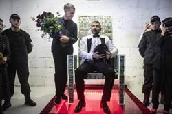 超霸氣!俄富豪打造水晶王椅 坐在鈔票上