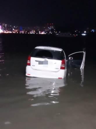 冷颼颼 新北八里汽車衝入淡水河 母子失溫急送醫