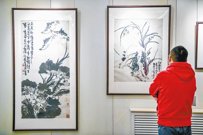 大匠之門──齊白石及弟子、後人作品展上,觀眾正在欣賞畫作。(鄧偉攝)