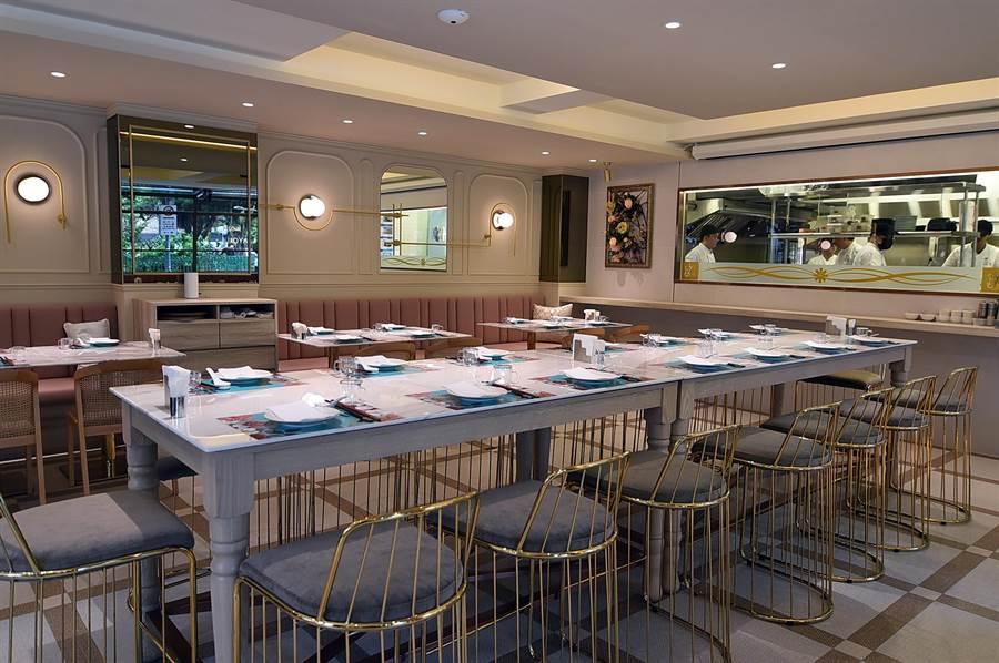 〈玖尹Royal Joying Soire'e〉餐廳的設計風格,標榜「重建時尚港澳殖民風」,強調探索東西方建築風格與建材融合。(圖/姚舜)