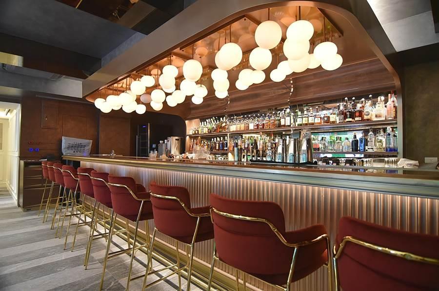 〈玖尹Royal Joying Soire'e〉餐廳的B1是一酒吧,入夜會提供現場演奏服務。(圖/姚舜)