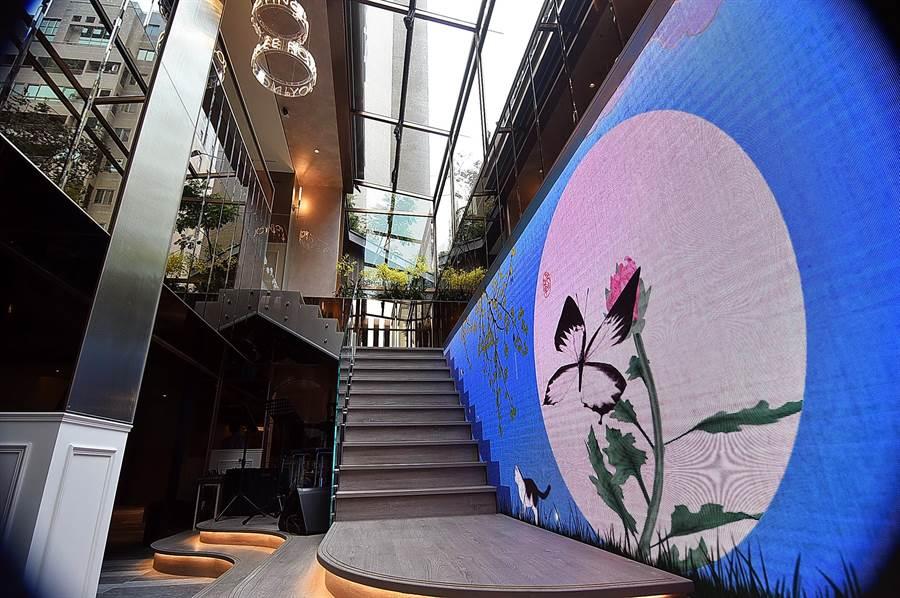 〈玖尹Royal Joying Soire'e〉餐廳LED互動藝術裝置牆,是由國際知名新媒體藝術家林俊廷操刀設計。(圖/姚舜)