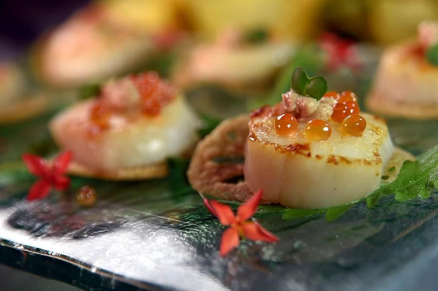〈玖尹〉的有些菜餚會用到西方高檔食材升華客人的味覺體驗,如〈鵝肝鮮貝鑲藕餅〉就用到了鮭魚卵和鵝肝慕斯與香煎干貝搭配。(圖/姚舜)