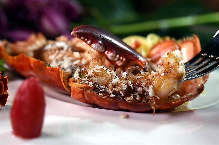 〈XO醬波士頓龍蝦〉是以主廚特製的XO醬與鮮活現撈的波士頓龍蝦一起拌炒入味,是非常獨特的作法。(圖/姚舜)