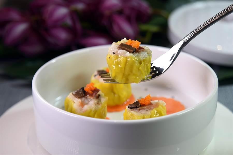〈玖尹〉的精品港點〈西班牙火腿松露燒賣〉,用了西班牙火腿、松露,還有魚子為燒賣提味添香。(圖/姚舜)