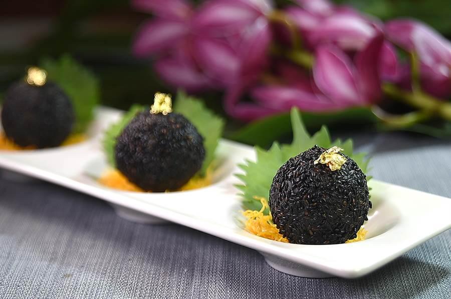 〈法國黑松露流沙芝麻球〉外層黑色的糯米皮,是用松露醬加竹炭粉製成,上面點綴金箔做裝飾。(圖/姚舜)