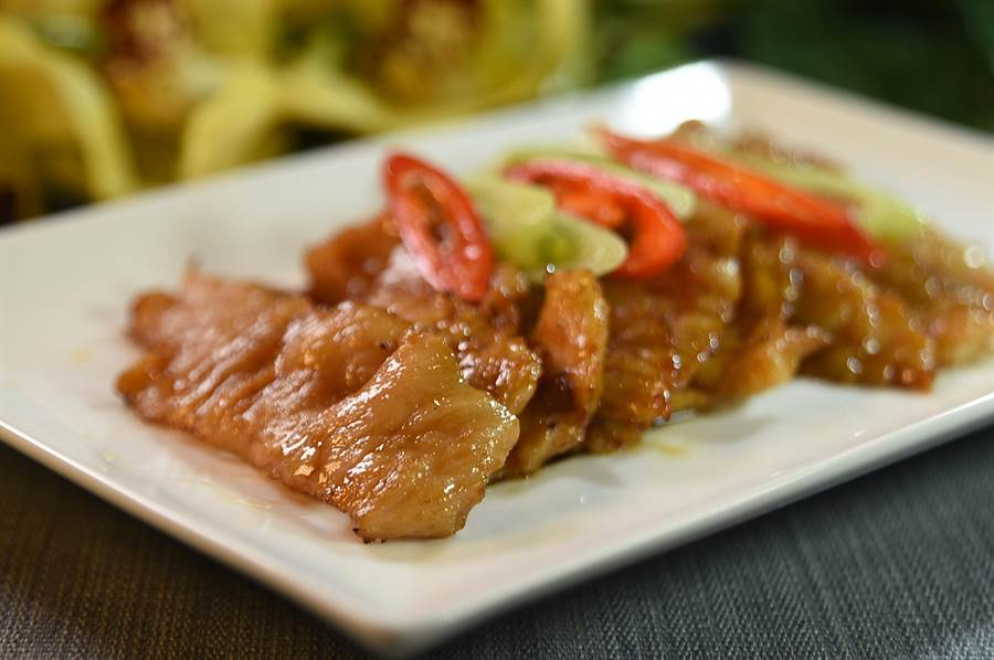 除精緻粵菜和精品港點外,〈玖尹〉菜單上亦可點到諸如〈蒜炙燒松阪肉〉等創意台菜。(圖/姚舜)