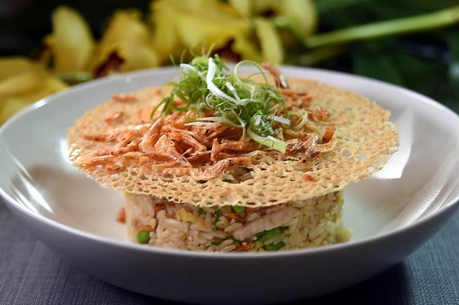 〈玖尹〉菜單上的〈櫻花蝦炒玉珍珠〉是高檔的炒飯,上桌時並搭配麵粉水煎成的網餅增加口感。(圖/姚舜)