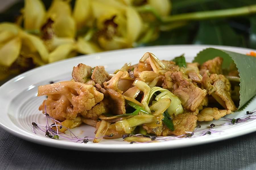 花菜干是好吃的澎湖經典美味,在〈玖尹〉可以嘗到開胃下飯的〈五花爆炒花菜干〉。(圖/姚舜)