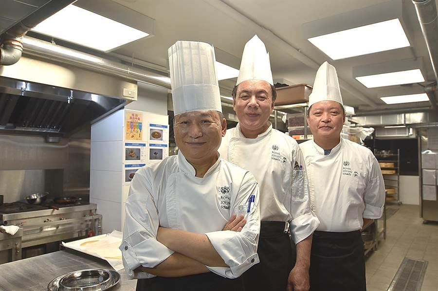 〈玖尹Royal Joying Soire'e〉的粵菜請世界中餐名廚交流協會特邀專家顧問曾祺輝指導,精品港點則由港點名廚李一龍(左一)帶領由20位廚師組成團隊製作。(圖/姚舜)