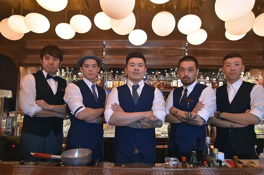 〈玖尹〉B1的酒吧的調酒是由型男調酒師組成的團隊在現場調製。(圖/姚舜)