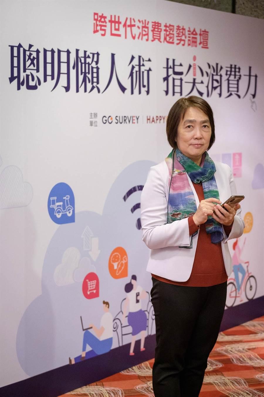 鼎鼎聯合行銷HAPPY GO總經理梁錦琳出席「跨世代消費年度趨勢論壇」擔任主要發言人。(鼎鼎聯合行銷提供)