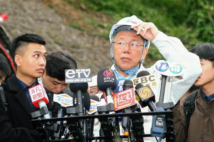 為了改善台北市水質,翡翠水庫將重整管線,台北市長柯文哲(中)2日出席翡翠原水管工程開挖進洞儀式。(鄧博仁攝)