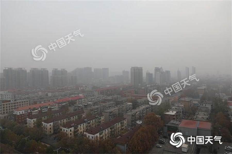 昨天早晨,河北石家莊霧氣籠罩,能見度較低。(照片取自中新網)
