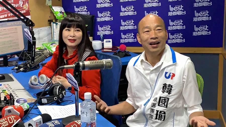 國民黨總統候選人韓國瑜(右)今天接受港都電台節目主持人素蘭專訪。(柯宗緯攝)