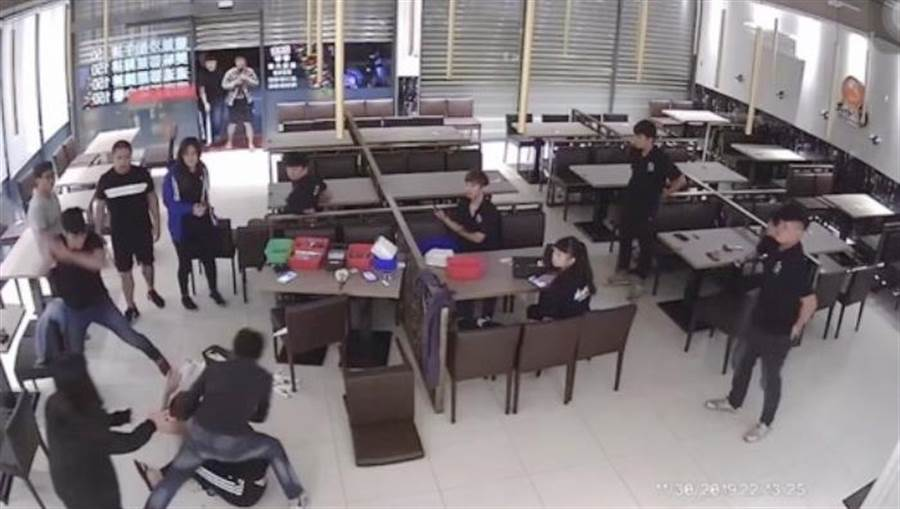 嘉義縣一家連鎖牛排館11月30日晚上結束營業後突遭多名持年輕男子持棍棒闖入,對著其中1名林姓男員工暴打猛踹。(搞自爆料公社)