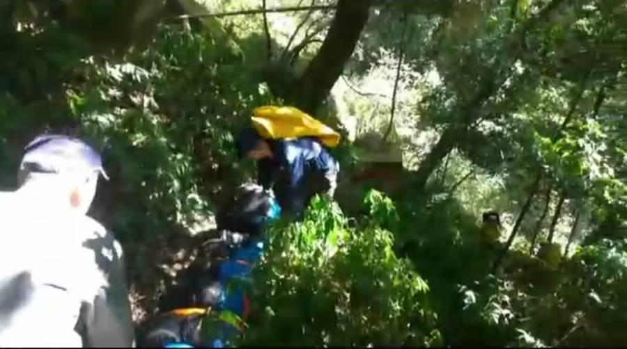 溫女往千人洞方向2公里處,不慎滑落至邊坡,消防人員已於中午12點多到達現場。(翻攝照片/張毓翎傳真)