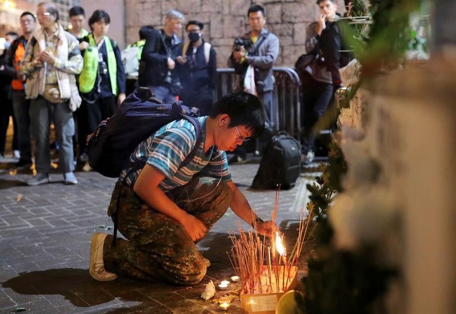 外傳港「831事件」中曾有6名民眾遭警打死,但港媒事後調查發現,外傳6名受害者其實都活著。圖為民眾前往太子站前紀念「831事件」。(路透社)