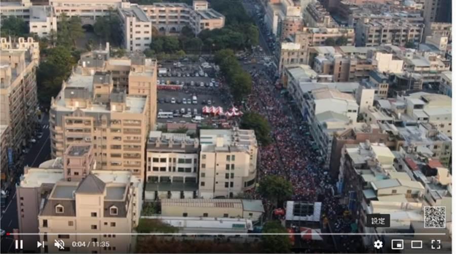 YouTuber空拍韓國瑜、黃昭順聯合造勢大會,綿延近200公尺的長長人潮,超壯觀。(翻攝「風之行者」YouTube)