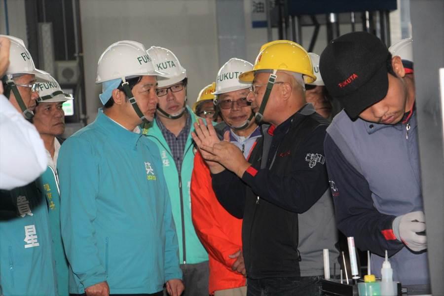 賴清德參拜完驅車前往銅鑼科學區富田電機公司參訪。(何冠嫻攝)