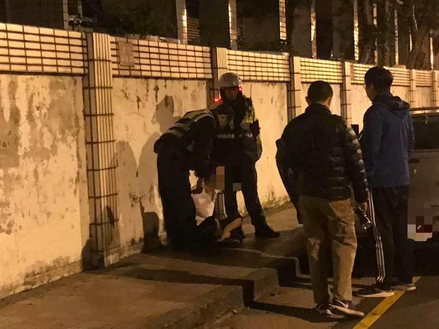桃園市八德警分局執行清樓專案,1日深夜發現1輛贓車,並循著贓車找到竊賊及他家中毒品。(讀者提供/賴佑維桃園傳真)