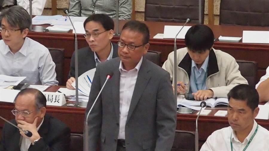 高巿府捷運局長范揚材2日在高雄巿議會答詢輕軌二階專案報告。(曹明正攝)