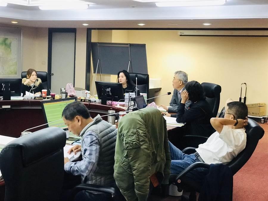 北市議會民政委員會2日上午進行預算審查,發現「萬隆東營區社會福利設施用地新建工程」,去年在沒有經過都審通過的情況下,就追加1億5892萬8000元的預算,痛批離譜。(張穎齊攝)