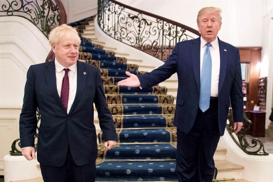 北約倫敦70高峰會上川普與英國首相強生不會會面,據悉是強生顧及國會大選,私下希望和川普保持距離。圖為8月川普與強生在法國G7峰會上單獨會面的資料照。(資料照路透社)
