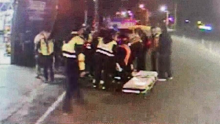 救護車到場將李男送醫救治。(民眾提供/謝瓊雲彰化傳真)