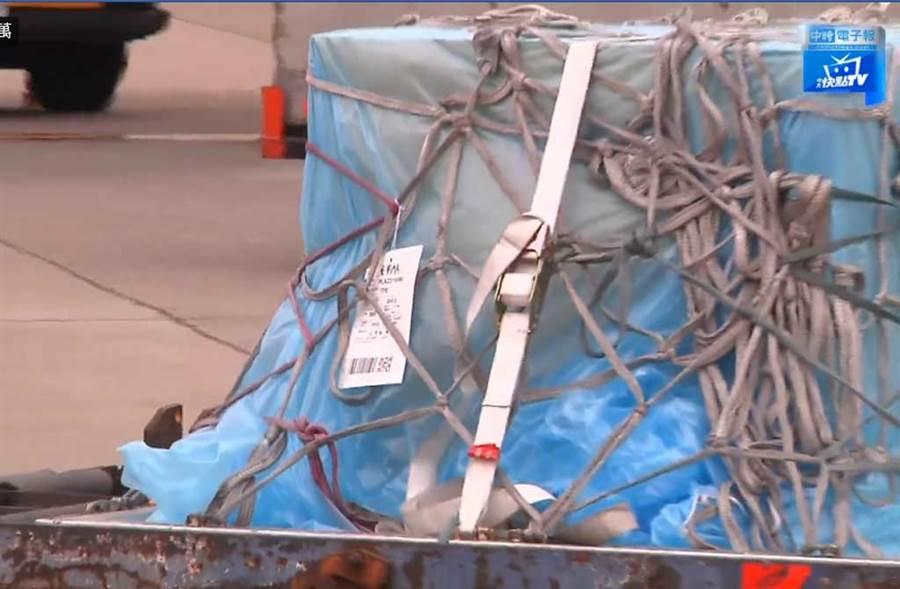高以翔棺木被層層包裹,穩當運回台灣落地。(翻攝自中時電子報臉書)